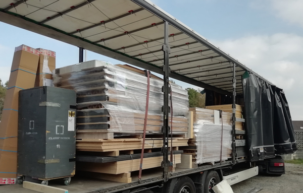 photo d'un camion avec les produits Connection Walls a l'intérrieur